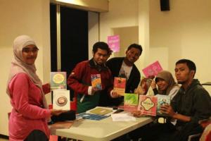 Gambar 3. Diskusi buku Mizan Pustaka dengan bermacam judul di Kafe Green Camp