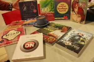 Gambar 6. Hidangan yang menggugah selera bukan, menyatukan buku, kafe, dan secangkir kopi.
