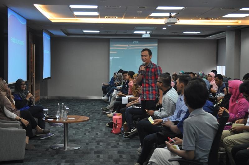 Djon Ching memaparkan materi financial planning bagi fresh graduate